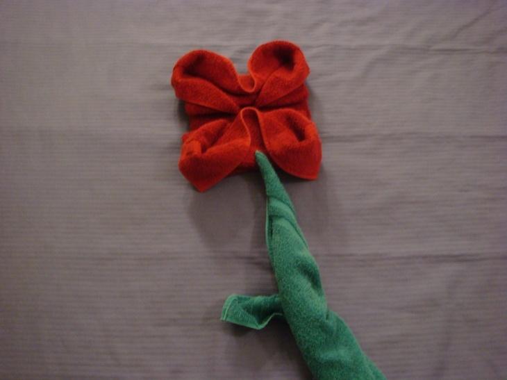 origami toallas forma flor roja