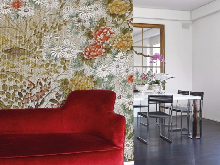 papel pared salon flores sofa roja ideas