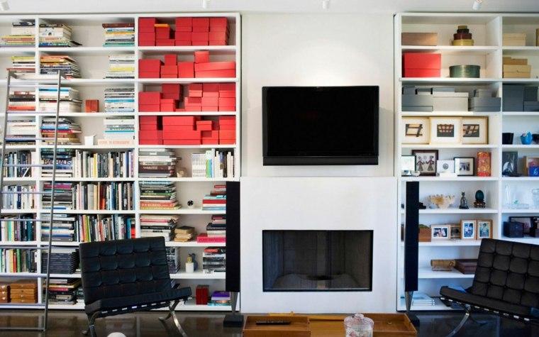 paredes llenas estantes color blanco