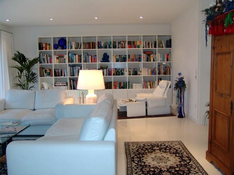 salon blanco estantes biblioteca pared