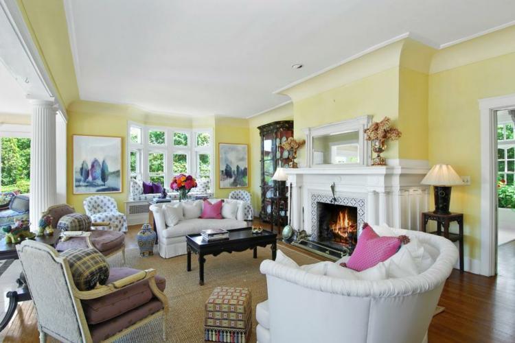 salon amplio iluminado moderno colorido