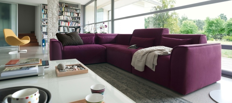 sofa purpura preciosa salon mesa blanca ideas