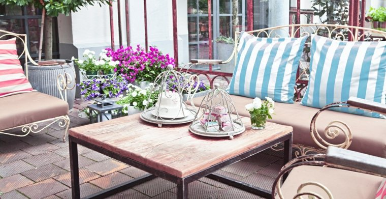 terraza decorada estilo shabby chic flores ideas