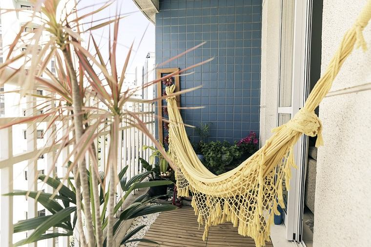 terraza pequeña hamaca amarilla