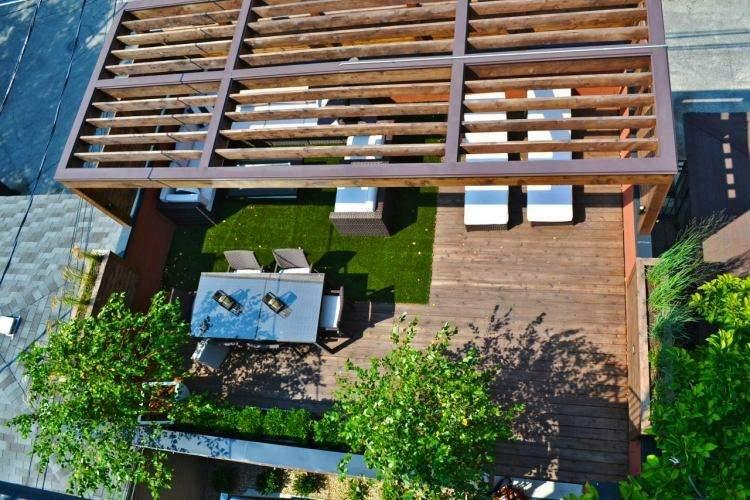 terraza moderna suelo césped verde