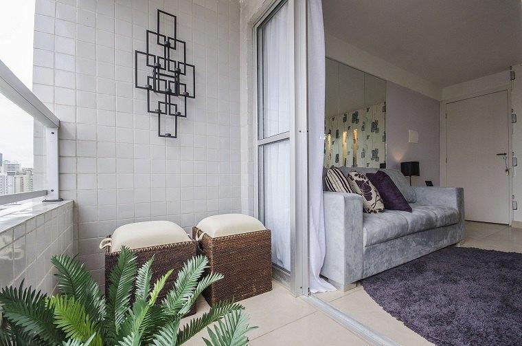 terraza pequeña azulejos paredes blancos