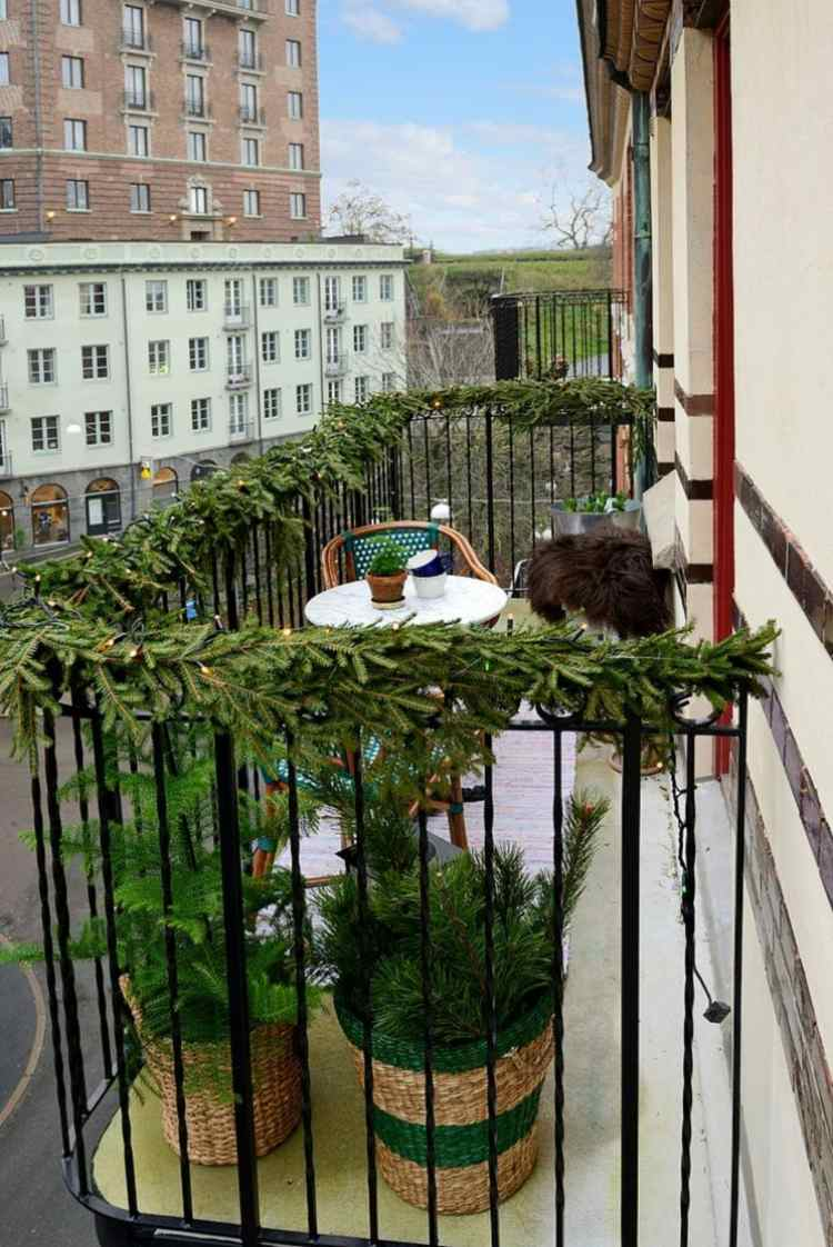 terraza pequeña varandilla ramitas pino