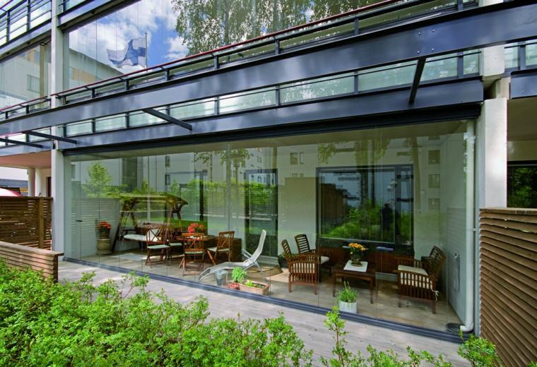 terraza baja fachada acristalada