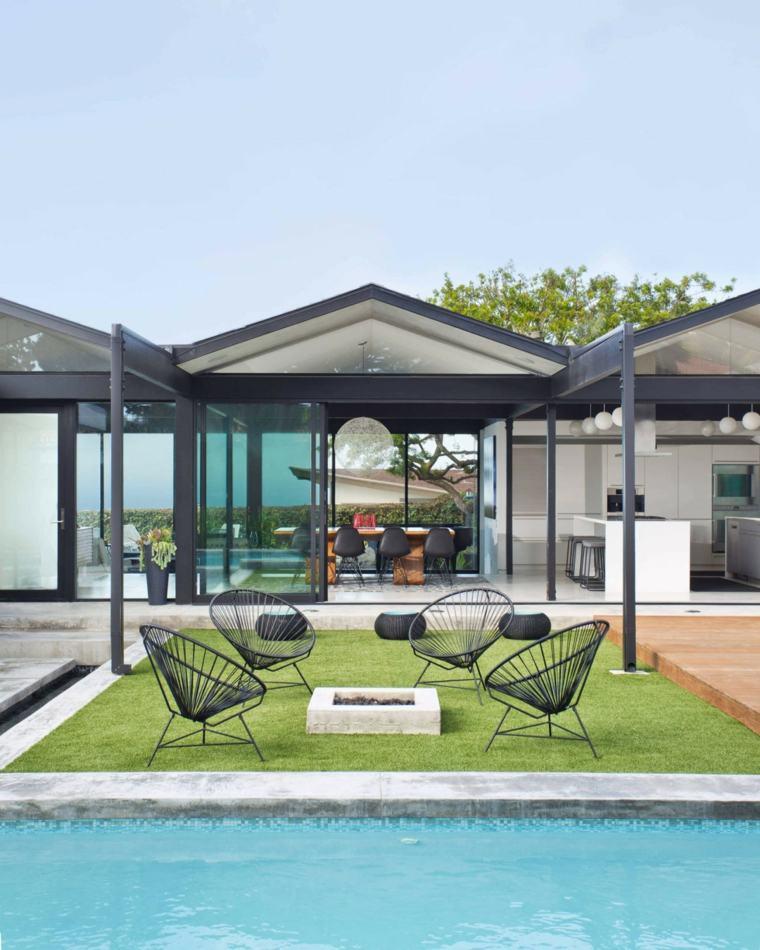 sillas negras cesped piscina jardin moderno