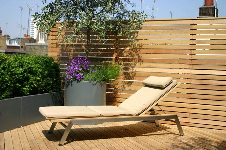 decorar terrazas pequeñas tumbona madera maceta plantas flores ideas
