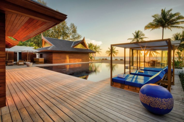 tumbonas azules suelo madera piscina ideas