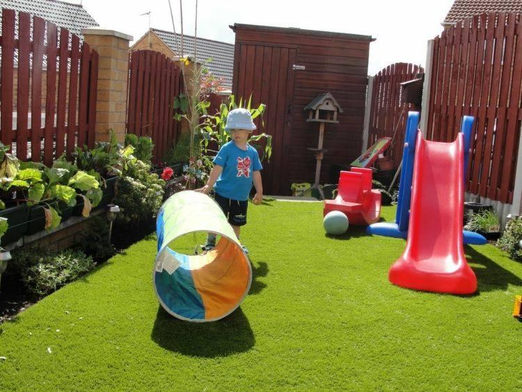 zona juegos infantil suelo césped