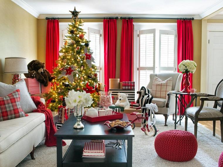 Brian Patrick Flynn salon navideno cortinas rojas ideas