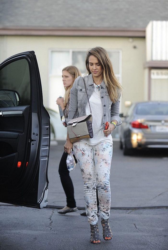 Jessica Alba chaqueta vaquera gris ideas