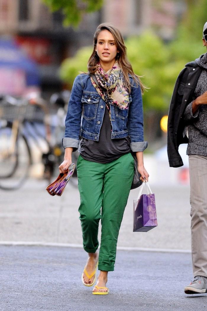 Jessica Alba chaqueta vaquera pantalon verde ideas