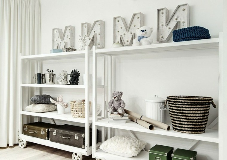 apartamento monocromatico estantes madera blancos ideas