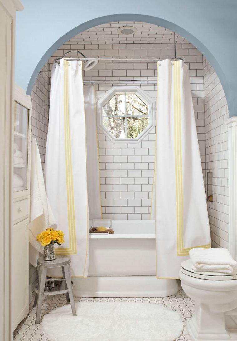 Baños Con Estilo Vintage:losas blancas y bañera con cortina en el baño con diseño retro