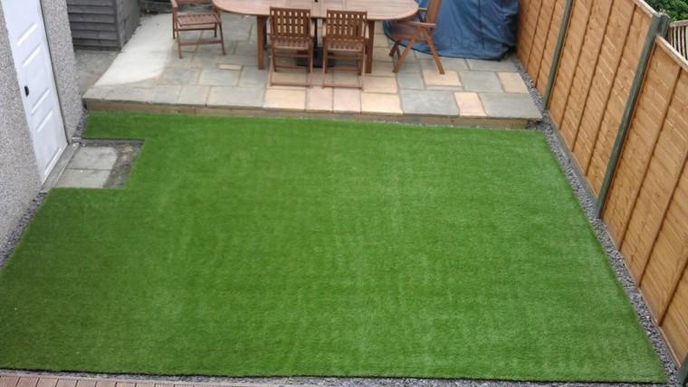 Decoracion de jardines con cesped artificial 50 ideas for Patio con jardin pequeno
