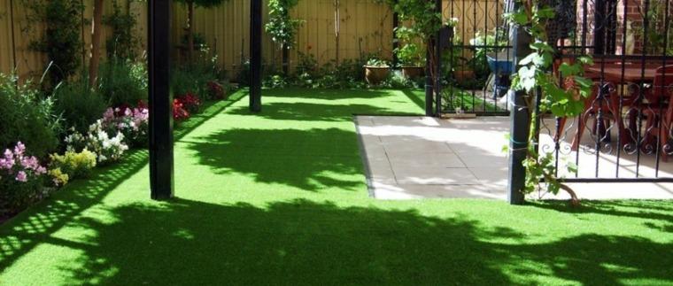 Decoracion de jardines con cesped artificial 50 ideas for Patios con jardines bonitos