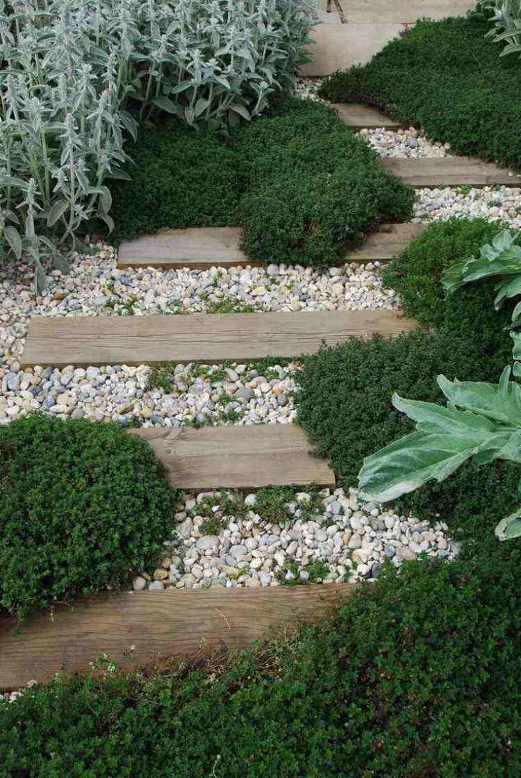 camino jardín listones madera piedras