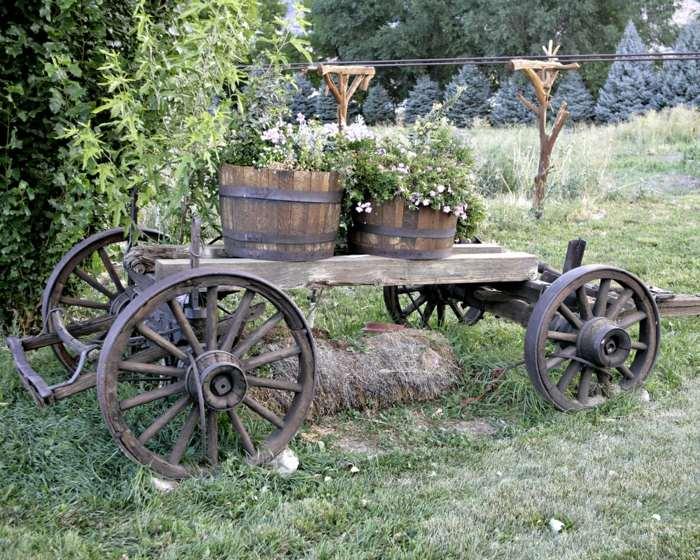 Decoracion de jardines rusticos con encanto natural for Carreta de madera para jardin