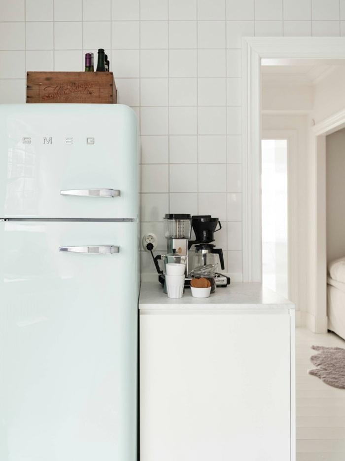 cocinas blancas pequeñas paredes decoradas botellas