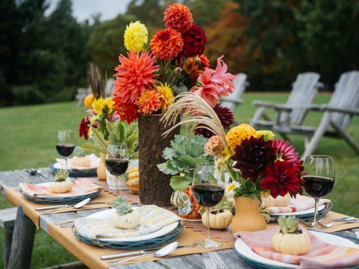 decoracion mesa jardin copas colores vino