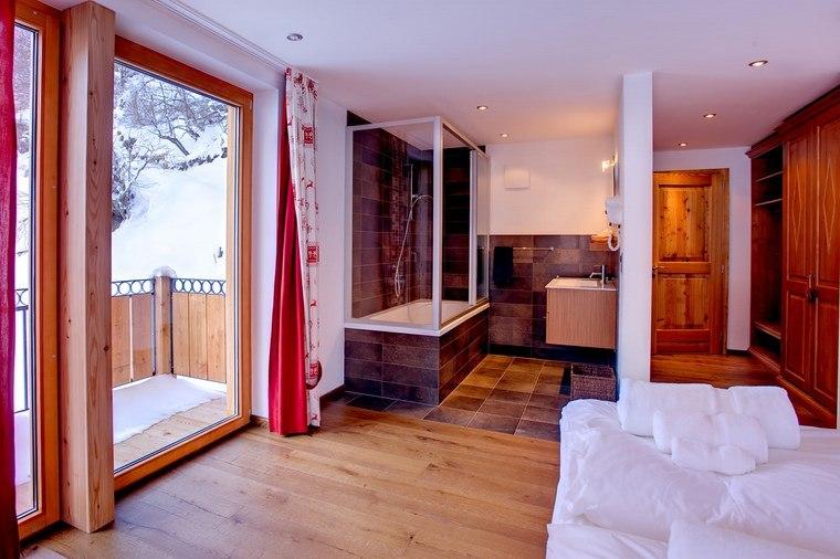 dormitorios con vestidor y baño cortinas rojas ideas