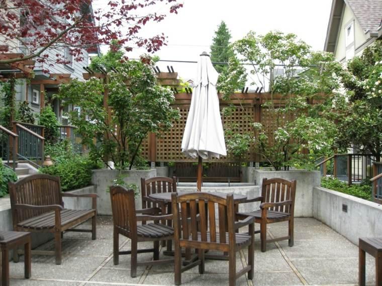 escapadas con encanto opciones jardin pequeno mesa sillas madera ideas
