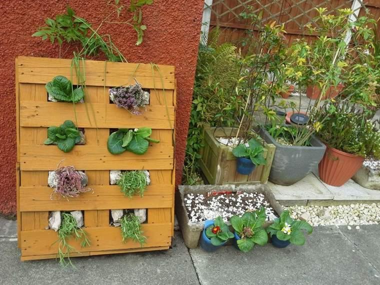 Jardineras verticales ideas sencillas para colgar plantas for Ideas con palets para jardin