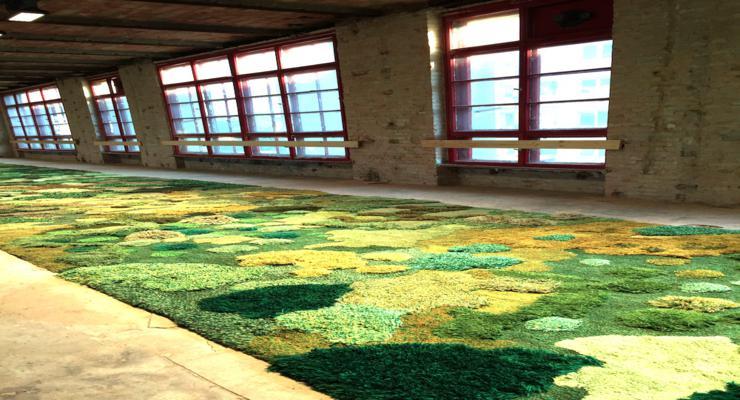 interior estilo industrial alfombra verde