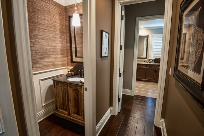 interiores cuadros maderas lineas blancos baños