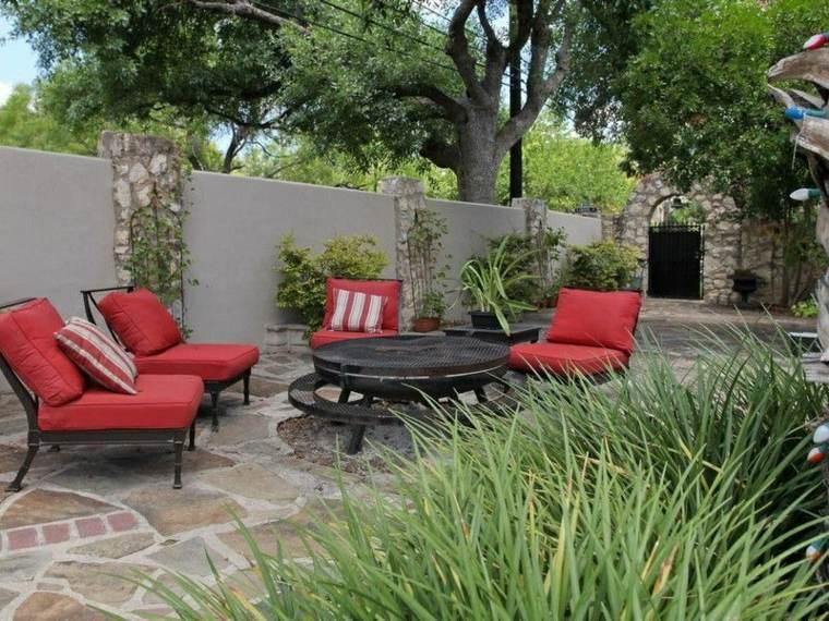 jardin pequeno diseno moderno sillones rojos ideas