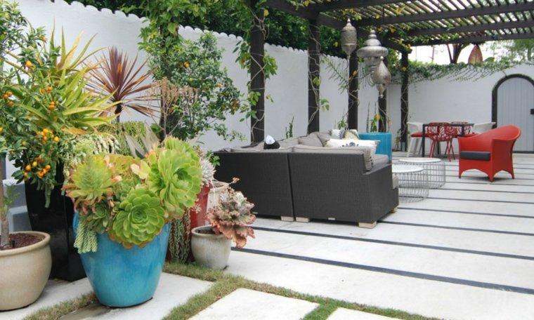 jardin pequeno diseno plantas macetas sofa sillas ideas