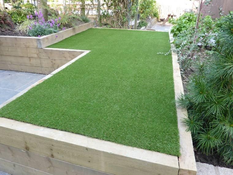 Decoracion de jardines con cesped artificial 50 ideas for Jardineras para patios pequenos