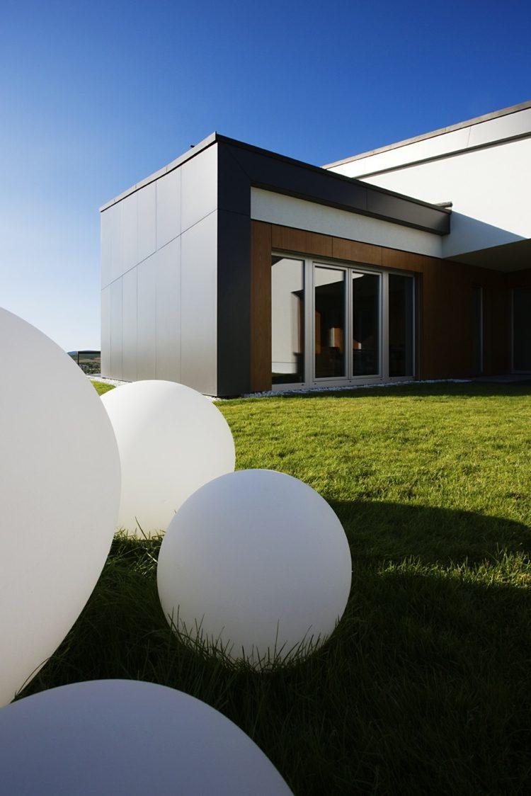 jardines decorados bolas blancas