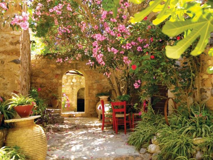 jardines diseño mediterraneo rojo sillones rojo