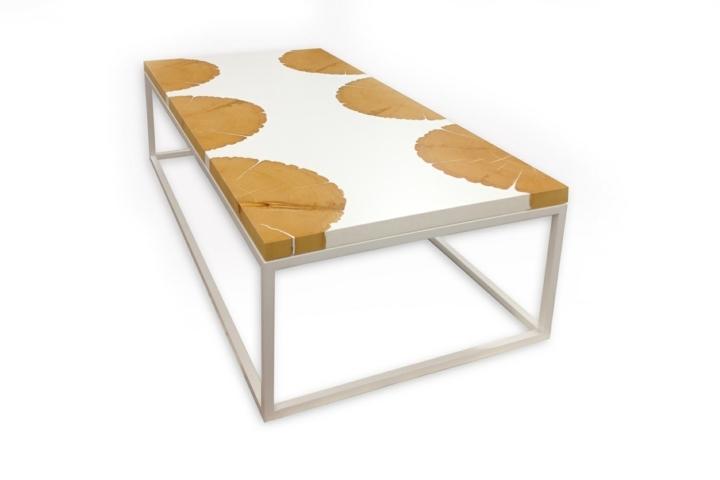 mesa blanca troncos colores centro