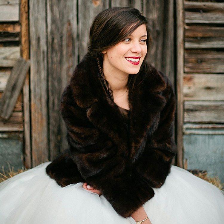 novia chaqueta piel color marrón
