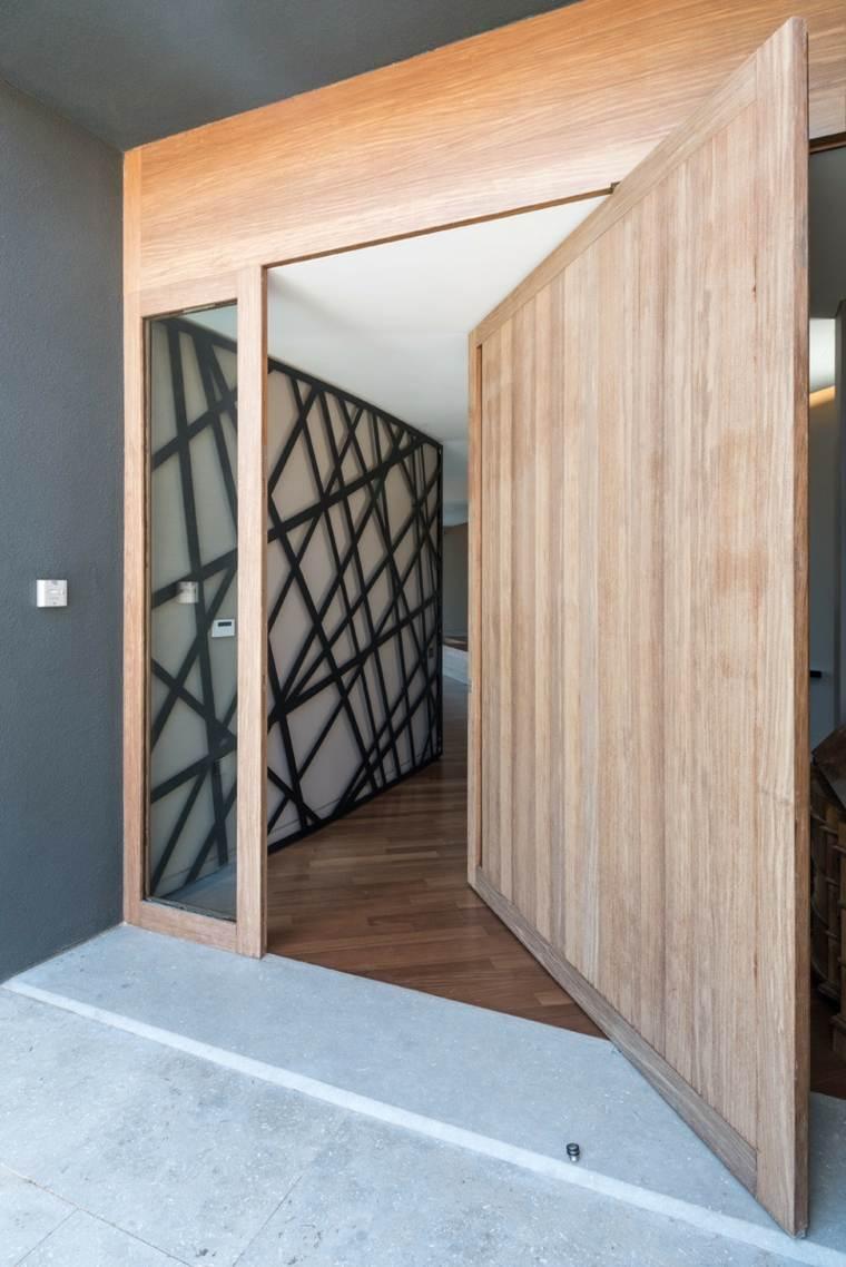 opciones puertas pivotantes madera clara entrada ideas