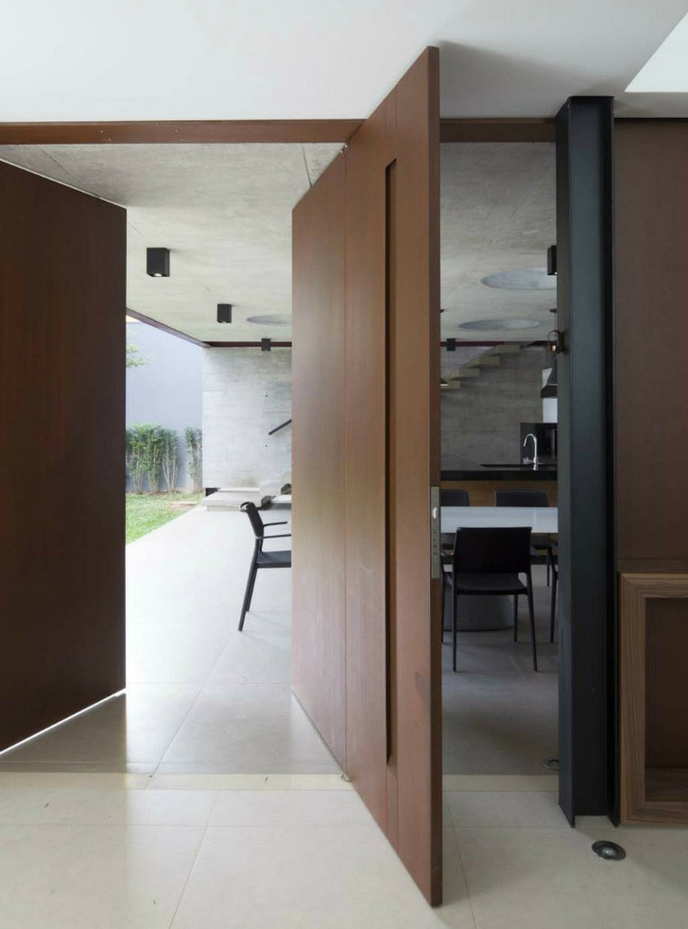 Opciones de puertas pivotantes grandes for Puertas pivotantes madera