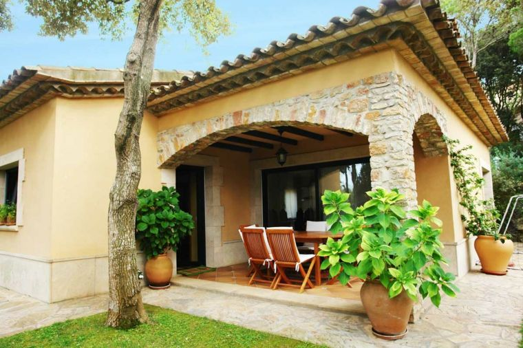 Porches jardin y terrazas cubiertas 50 dise os for Jardines exteriores de casas de campo