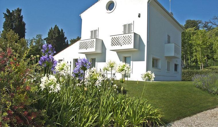 paisajismo flores primavera jardines casa blanca ideas