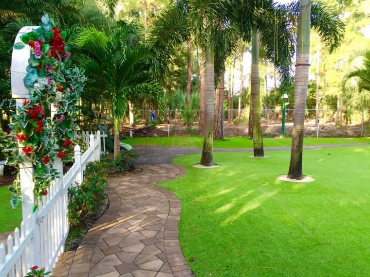 ideas para decorar jardines con césped artificial
