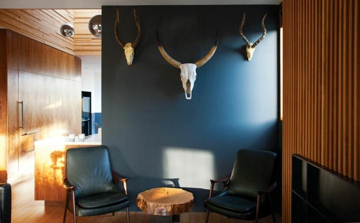 paredes grises tonos cabezas cuernos madera animales