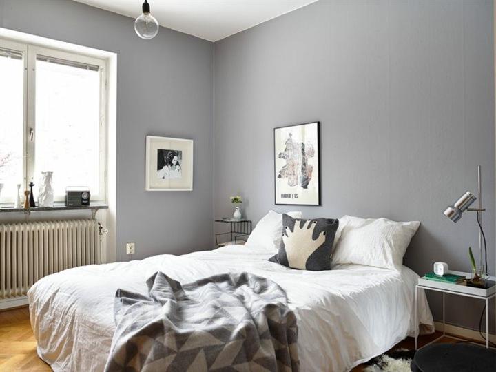 paredes grises tonos modernos lamparas pie maderas