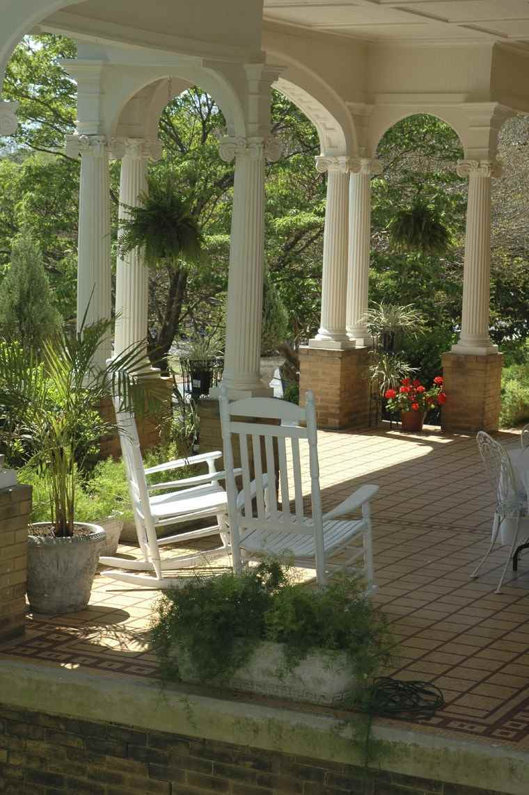 porches entrada casa moderna columnas blancas flores macetas ideas