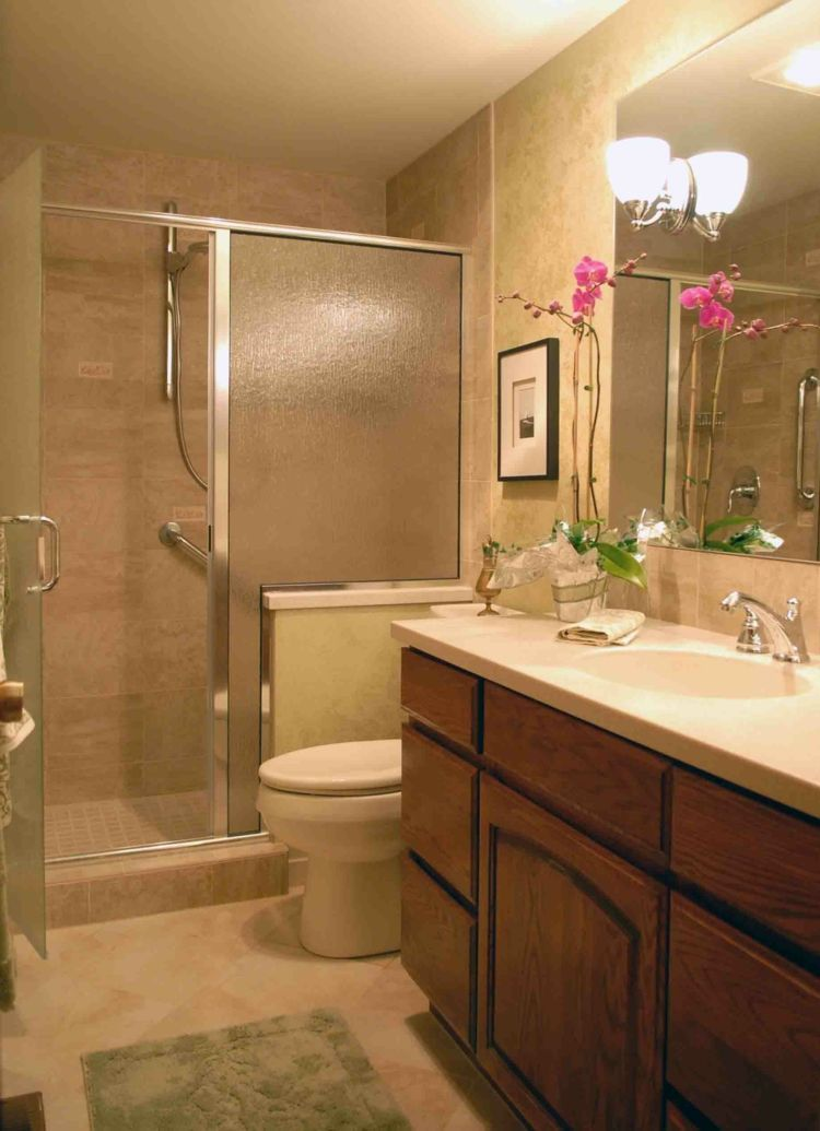 Puertas Para Baño Pequeno:puerta de cristal y ducha en el baño pequeño