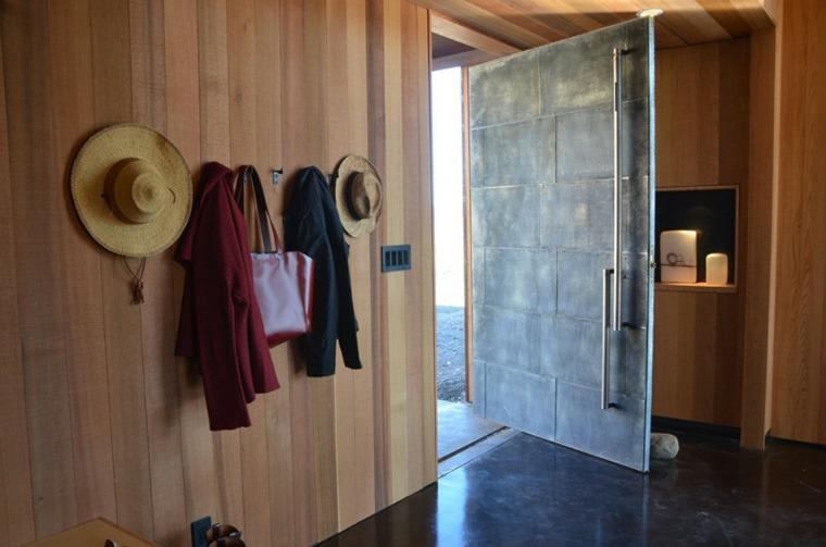 puertas pivotantes imitan piedra entrada ideas