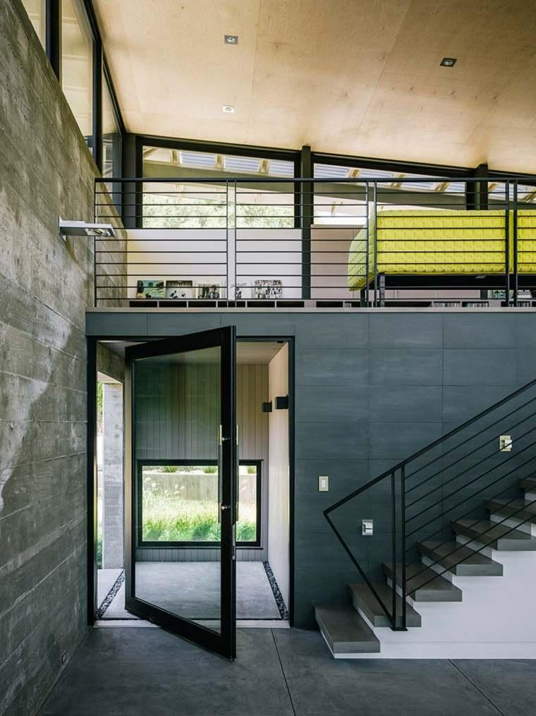 puertas pivotantes paredes negras escaleras ideas